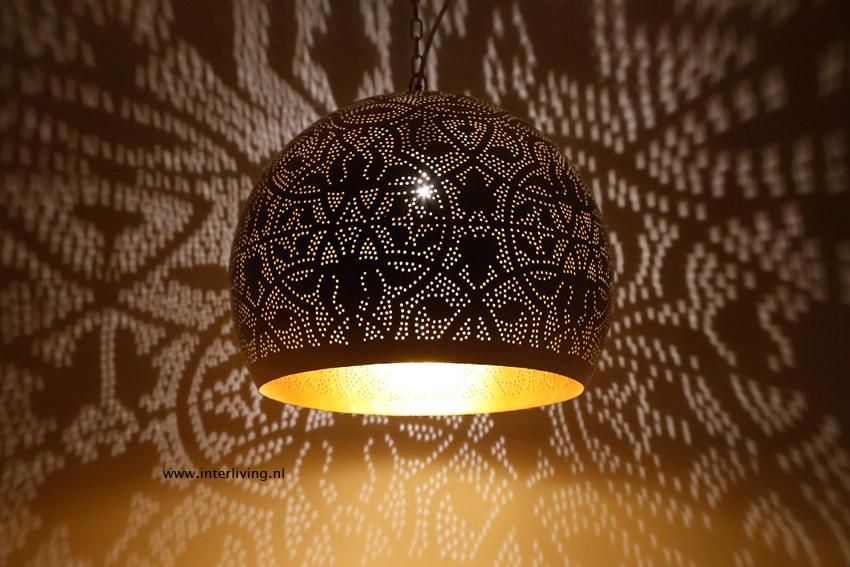 witte hanglamp filigrain wit hoogglans finish met gouden binnenkant