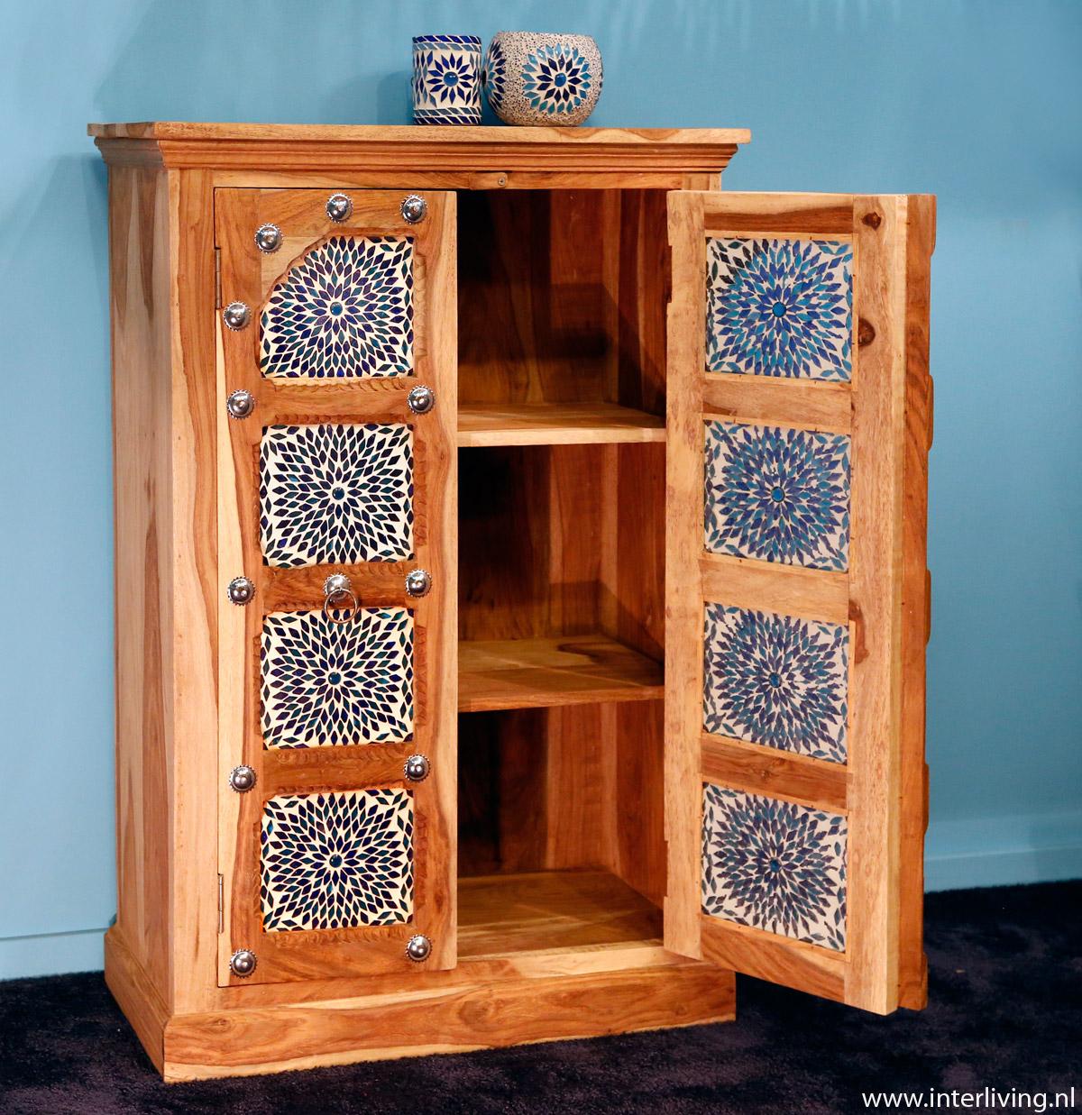 Hippe ibiza india stijl houten kast, bohemian stijl en kleurrijk wonen