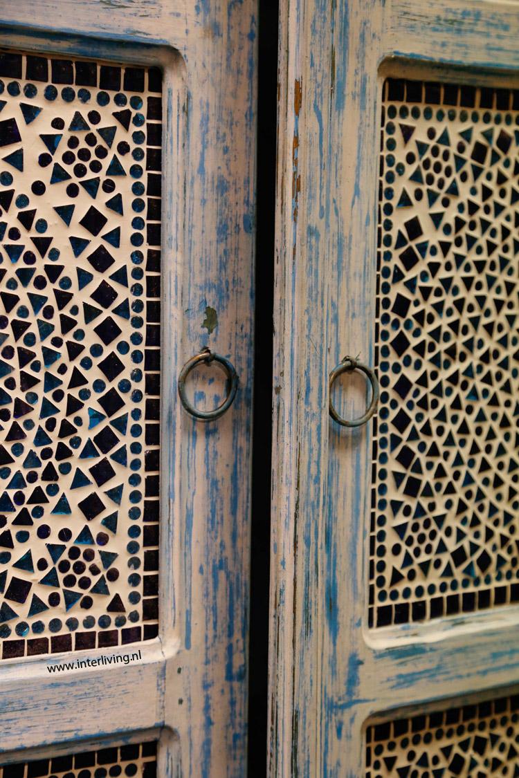 Hoge kast india met houtsnijwerk, glasmozaïek in white of blue washed
