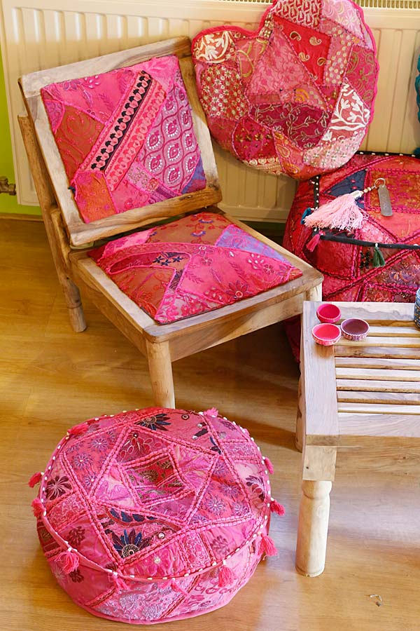 Slaapkamer Hotelsfeer : Roze slaapkamer stoel oosterse patchwork poef ...