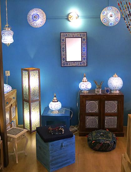 Blauwe mozaiek lampen en meubelen