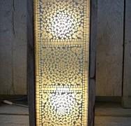 Mooie Oosterse staande vloerlamp met Indiaas transparant glasmozaiek voor een 1000&1 nacht interieur. Bij deze prachtige vloerlamp krijgt u een set van 2 transparante glasmozaiek waxinehouders cadeau!