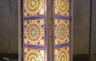 Oosterse kleurrijke sfeerverlichting: Mooie staande vloerlamp met Indiaas glasmozaiek voor een 1000&1 nacht gevoel.