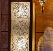 mooie oosterse staande vloerlamp met indiaas transparant glasmozaiek voor een 10001 nacht interieur