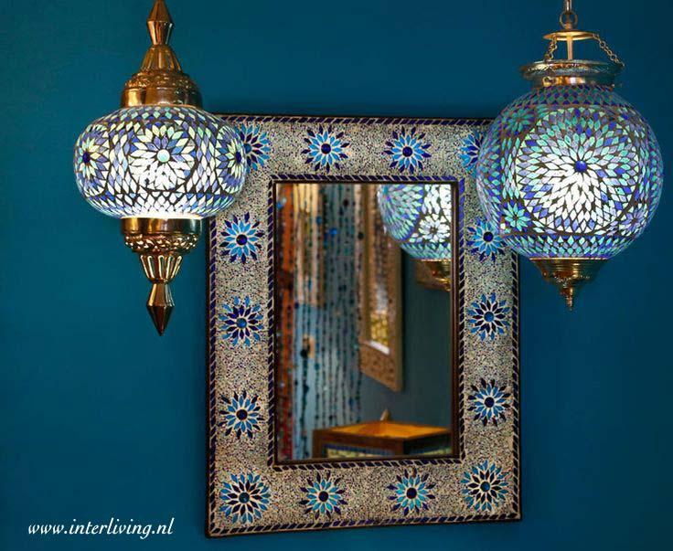 blauwe spiegel met oosterse hanglamp