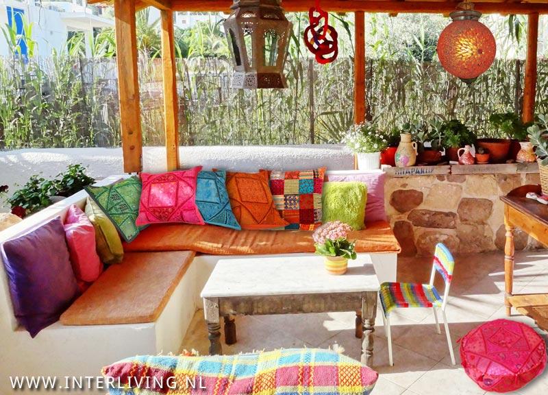 een boho tuin of terras met onze kussens lampen en poefjes