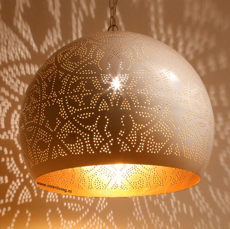 """Deze bolvormige """"filigrain design"""" witte hanglamp , geïnspireerd ..."""