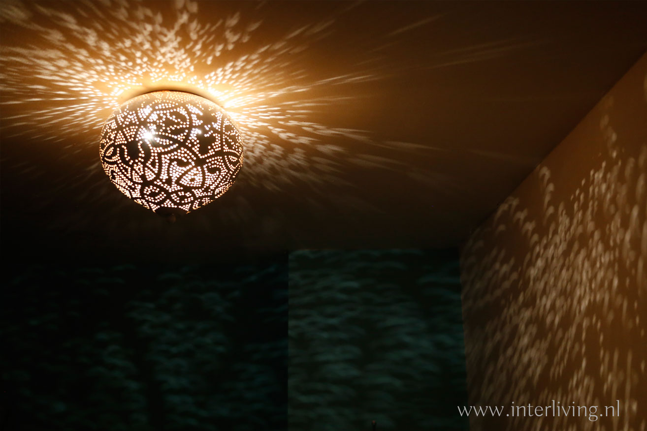 ledlamp in filigrain plafondlamp (avond)