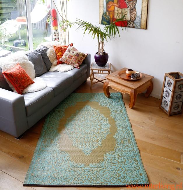 https://www.interliving.nl/wp-content/uploads/2017/05/woon-inspiratie-grijze-bank-eikenvloer-vloerkleed-styling-woonaccessoires-huiskamer-e1495710757203.jpg