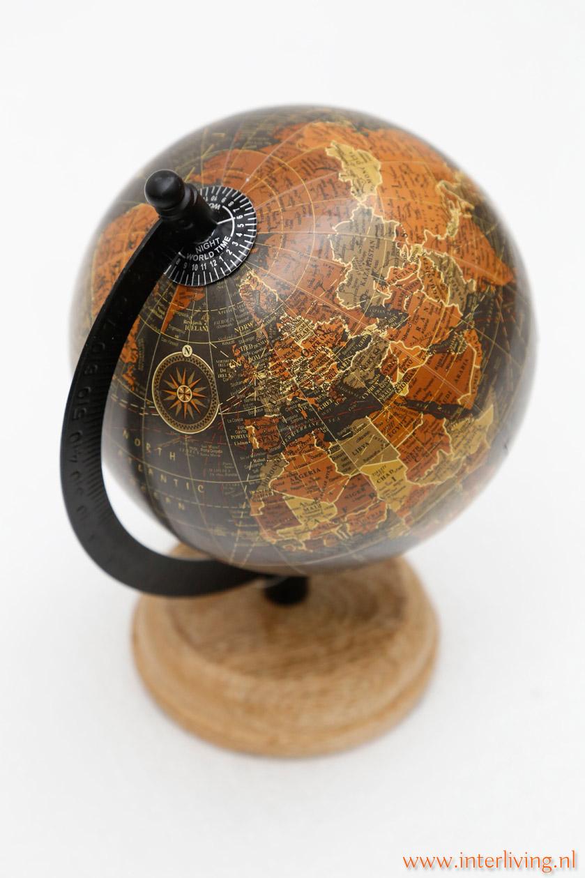 woonkamer styling tip: wereldkaart of wereldbol op houten voet