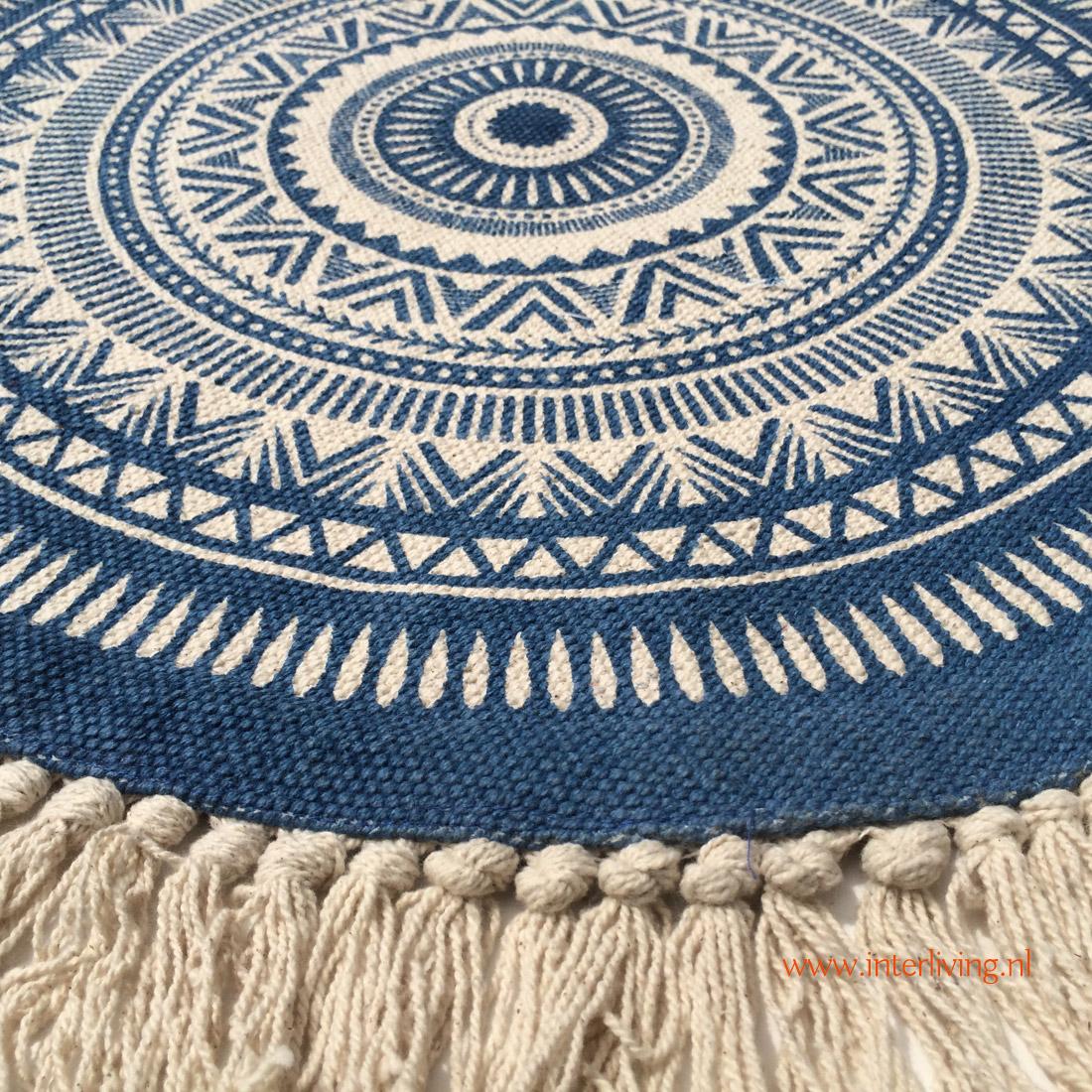 rond tafelkleed met vrolijk oosters tribal dessin in blauw wit - roundies met witte kwastjes