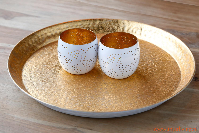 woonkamer styling tip: tray of bewerkt metalen dienblad wit met vintage goud en bijpassende waxinehouder