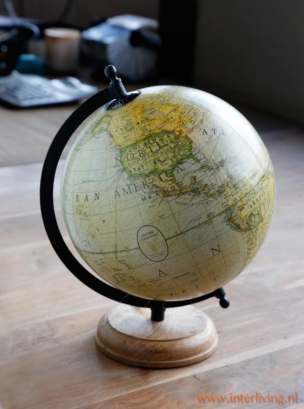 woondecoratie styling idee wereldkaart of wereldbol op houten voet