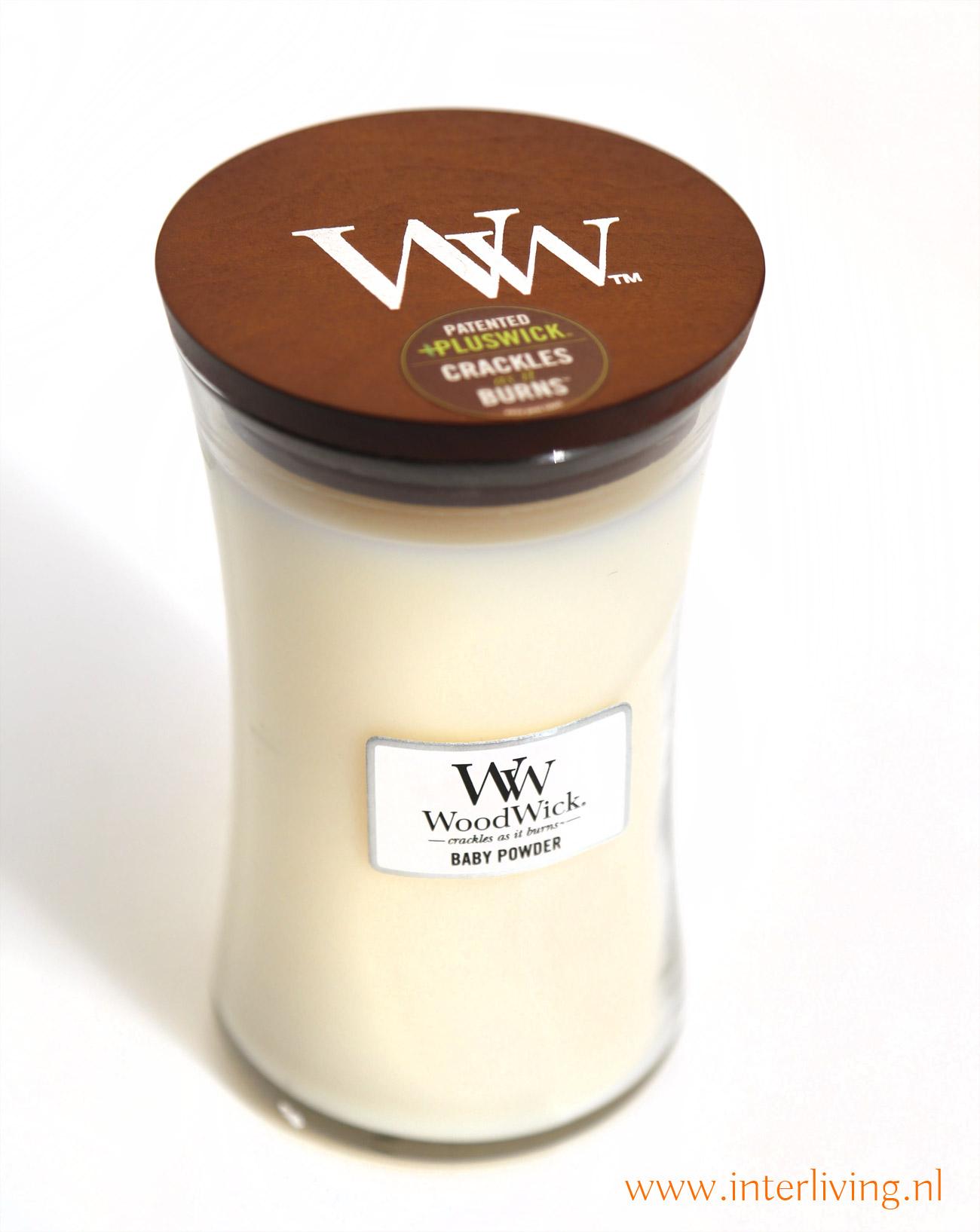 geuren van poedervormige vanille, kamperfoelie, en een zachte  tint van rozenblaadjes