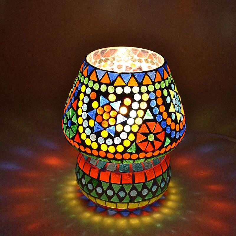 sfeervolle tafellamp van gekleurd glas