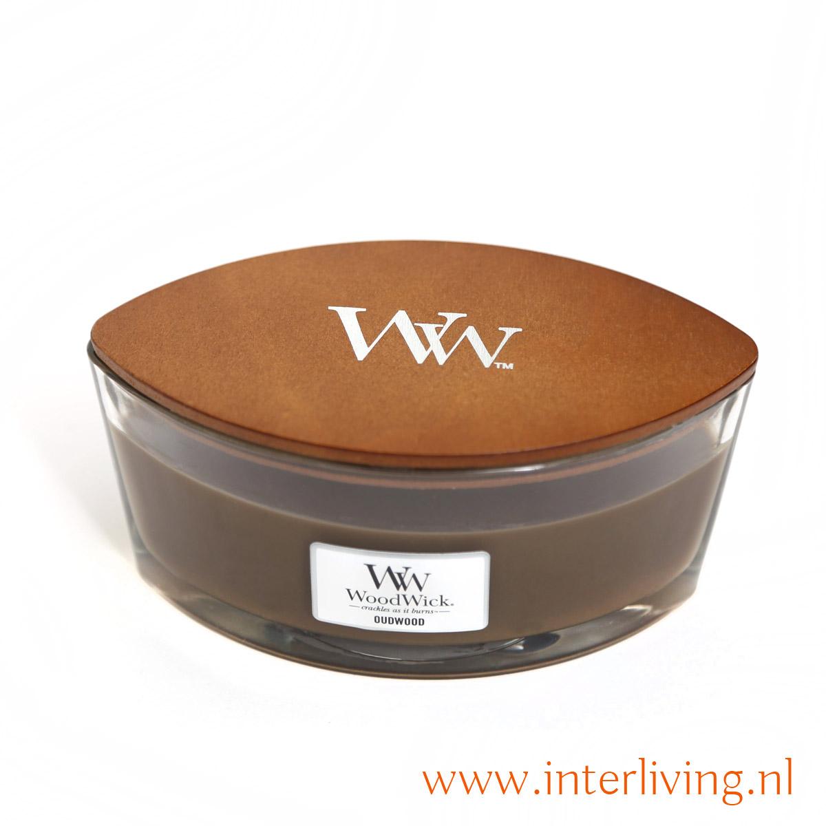 Oudwood van Woodwick is een volle aromatische geur met als basis verleidelijke amber gemengd met licht romige vanille met een ondertoon van wat wierook.