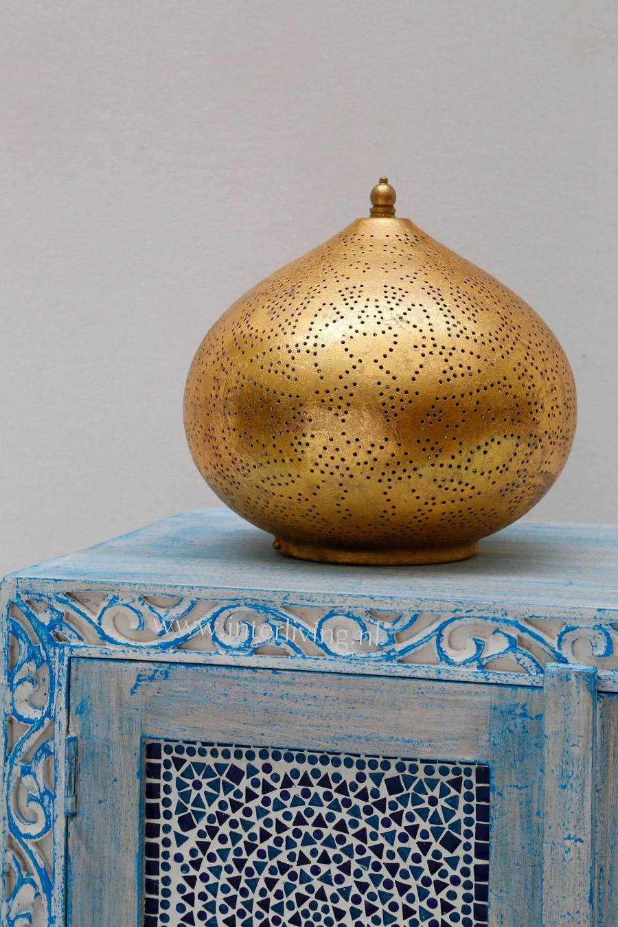gouden tafellamp op blauwe kast
