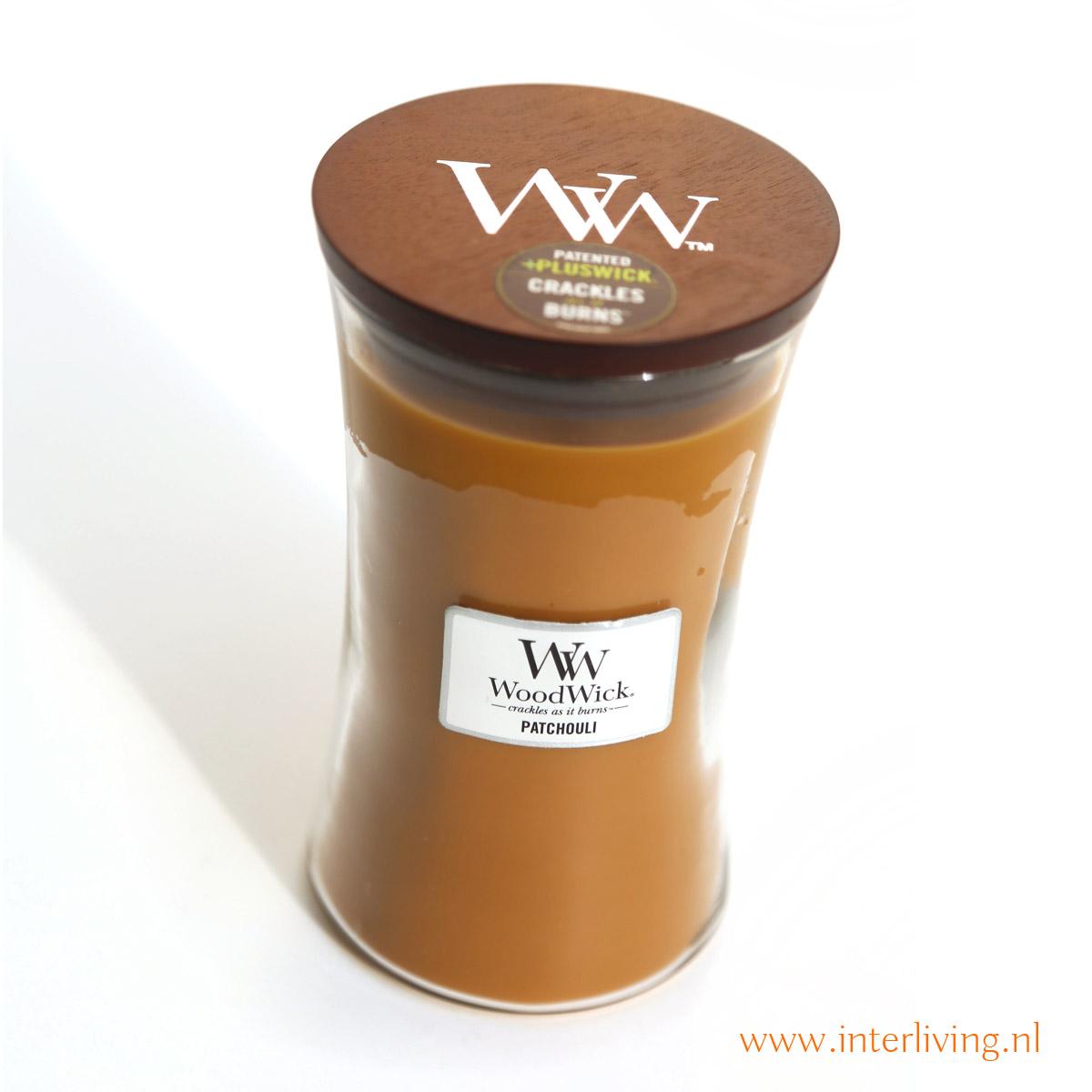 klassieke geur kaars van patchouli met tonen van zoete vanille en amber