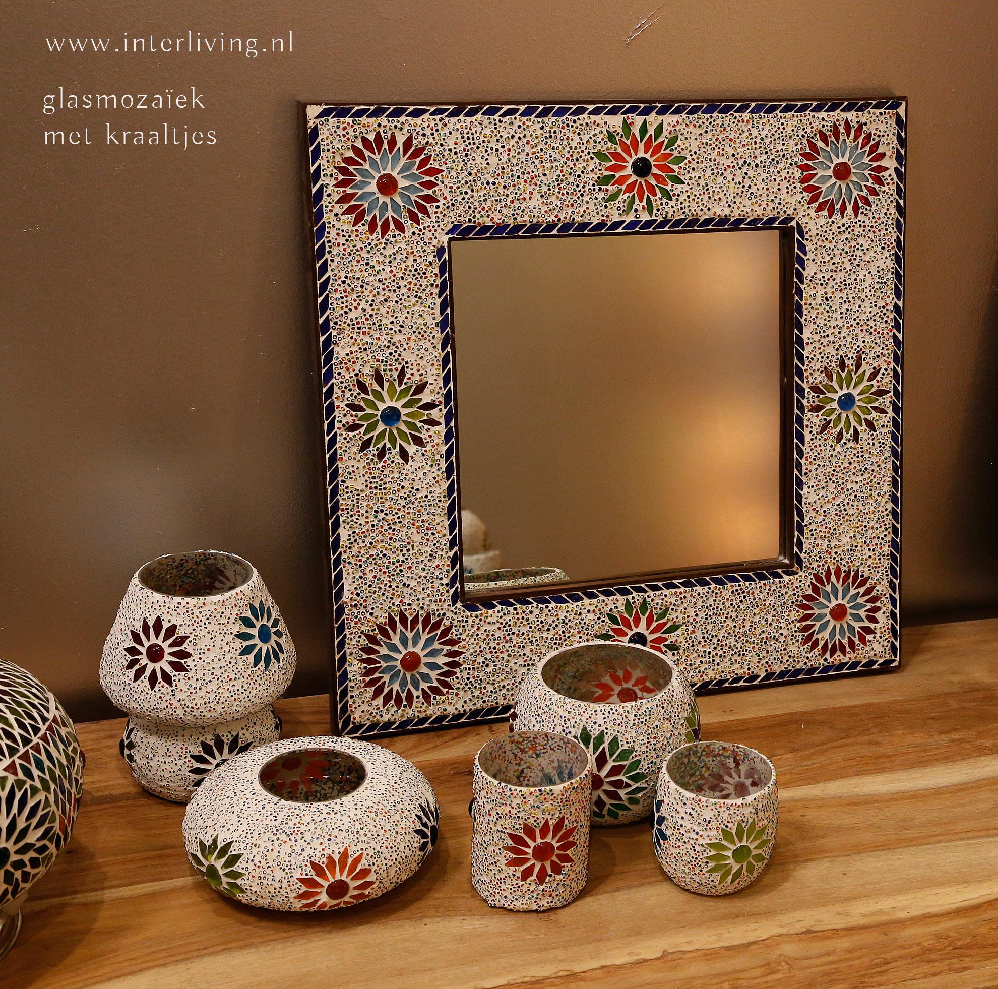 Kleurrijk! theelichten en spiegel van mozaiek en kraaltjes