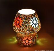 Vroijk en kleurrijk nachtlampje van glasmozaïek in de vorm van een paddestoel