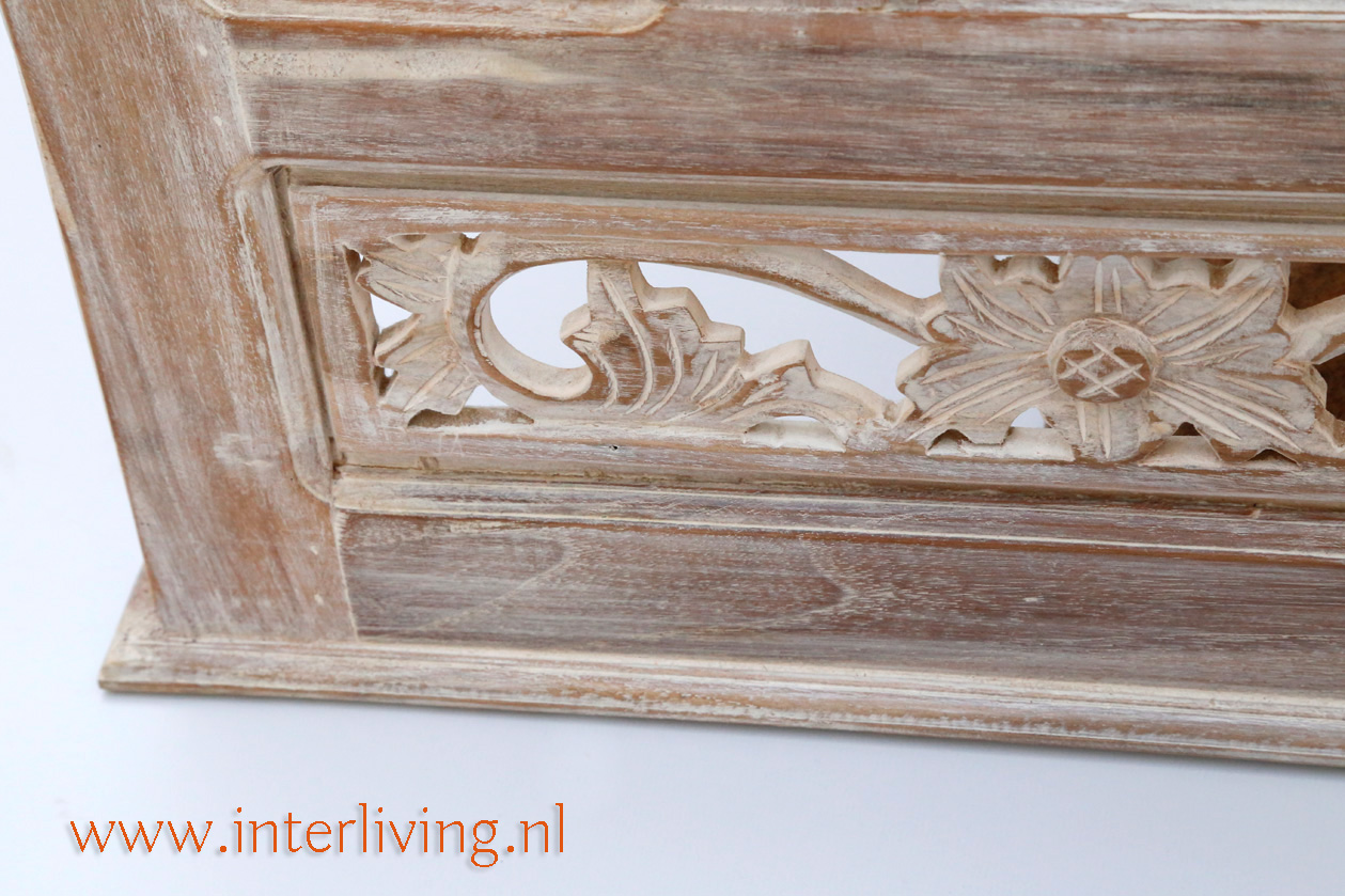 oosterse witte spiegel met houtsnijwerk in antiek design lijst