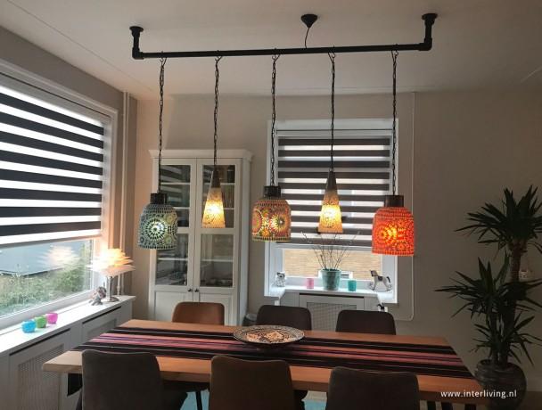 mozaieklampen boven de eettafel