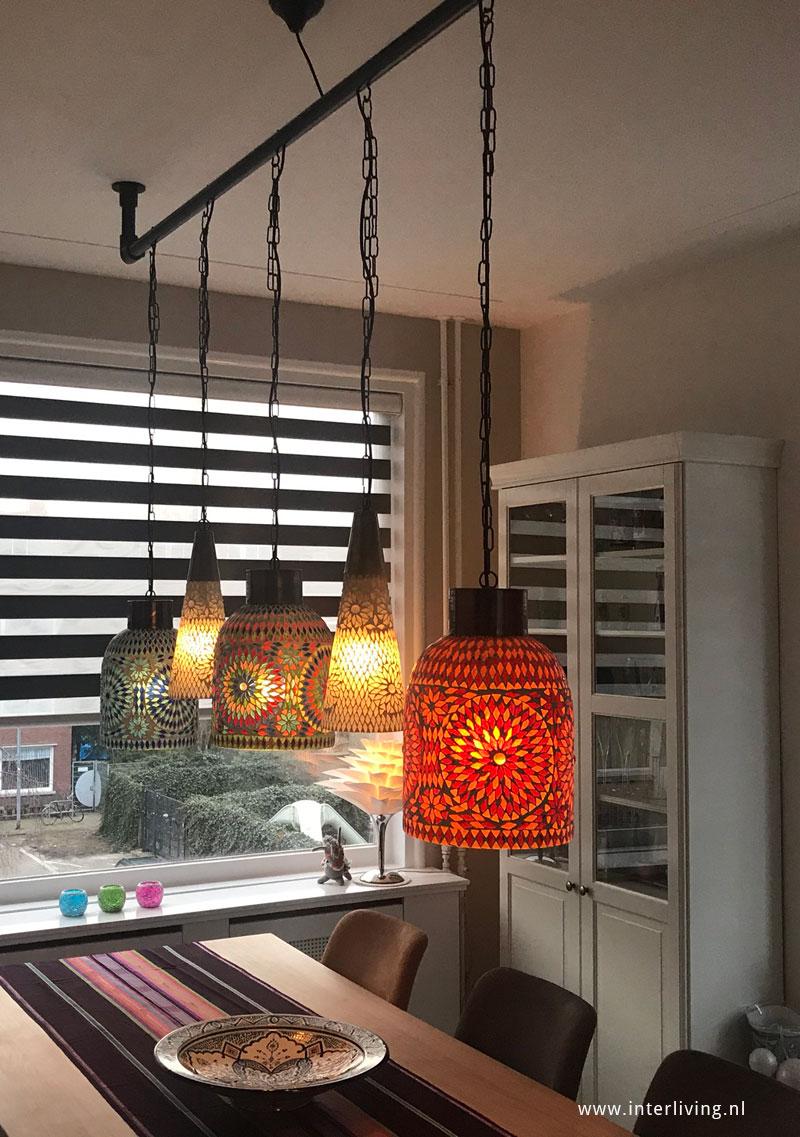 oosterse hanglampen aan een steigerbuis