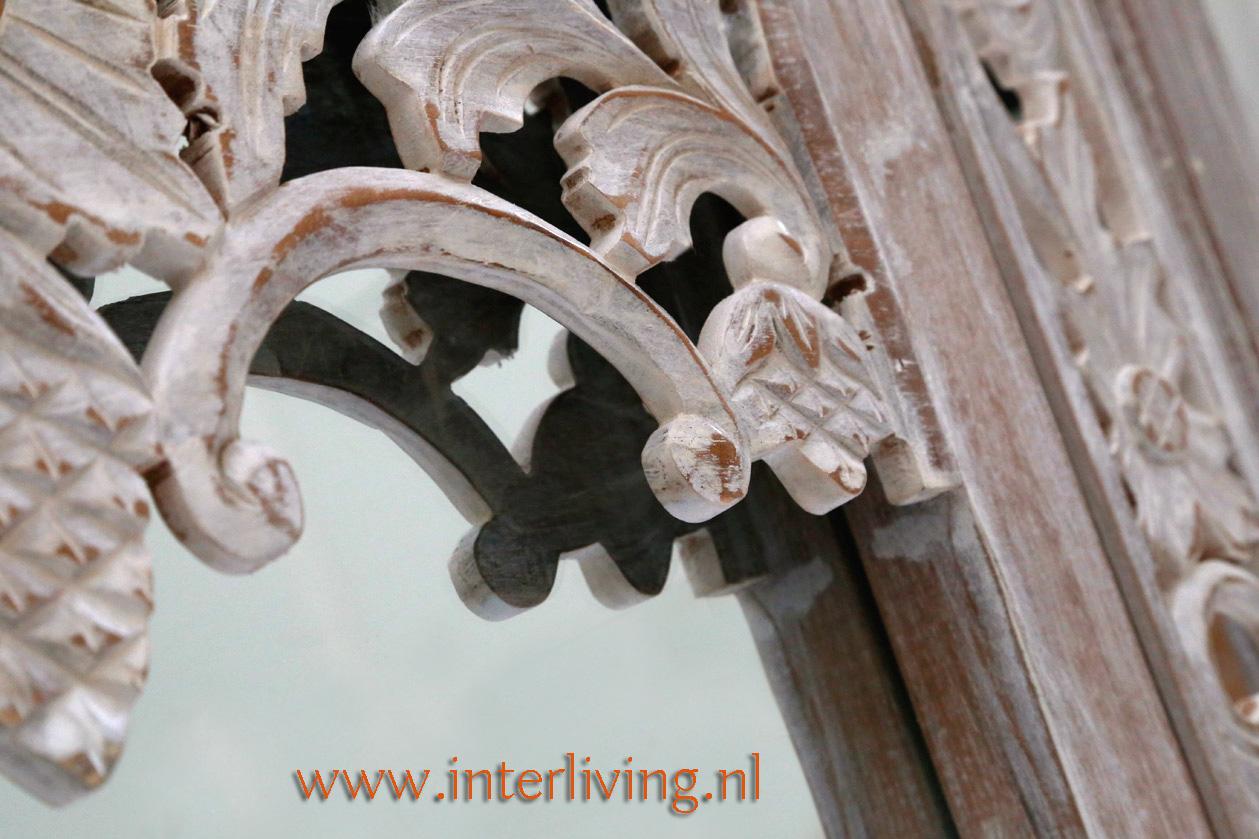 oosterse witte spiegel met bogen en houtsnijwerk