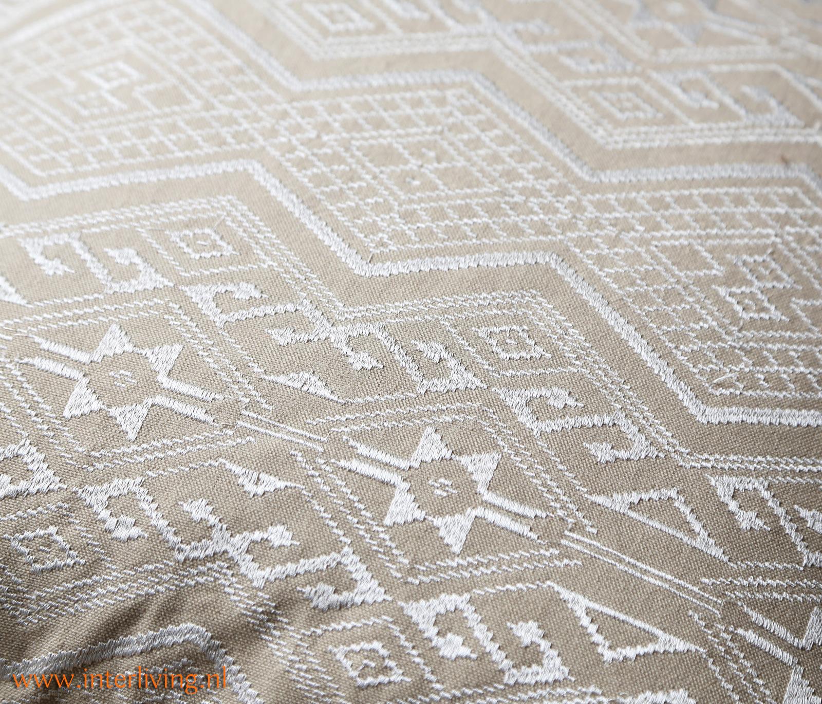 taupe kussen aztec tribal - handgemaakt met borduurwerk