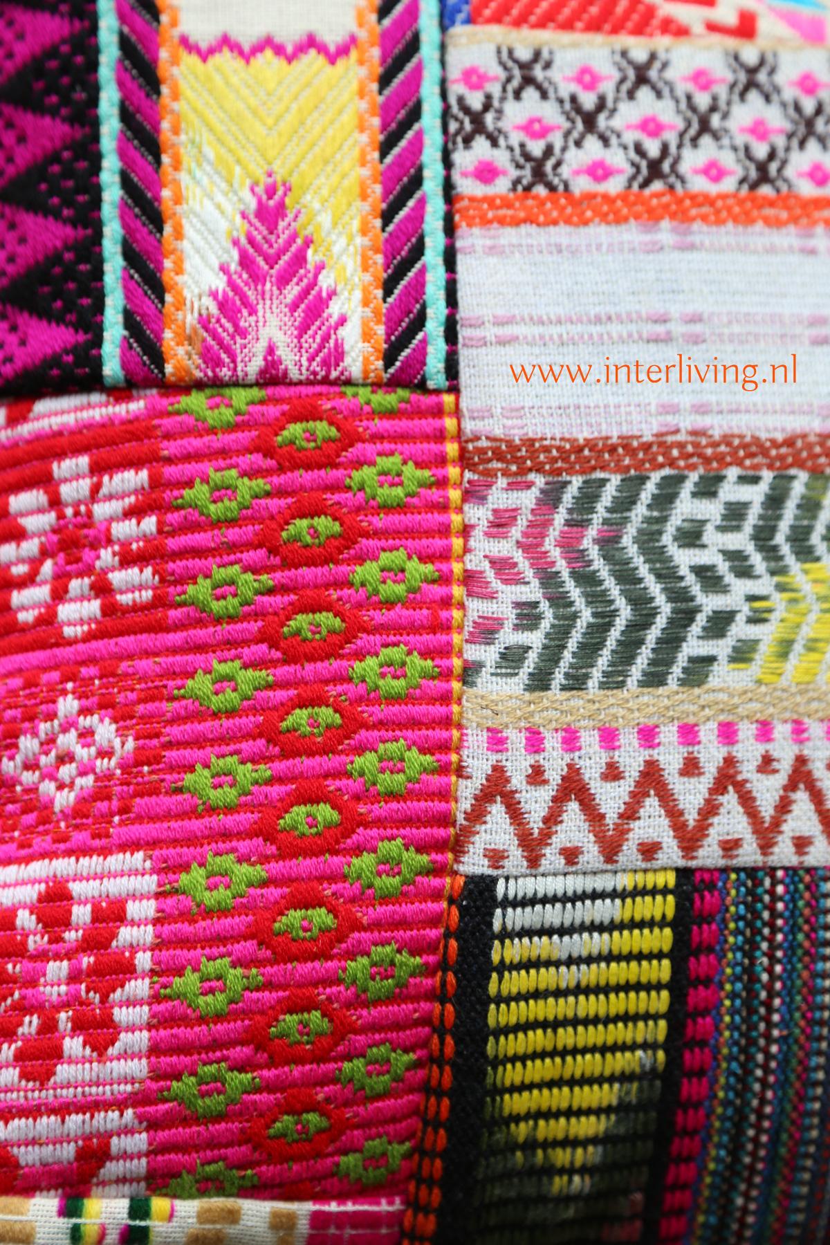 Ethnic patchwork kussen met gekleurd borduurwerk - vrolijke kleuren