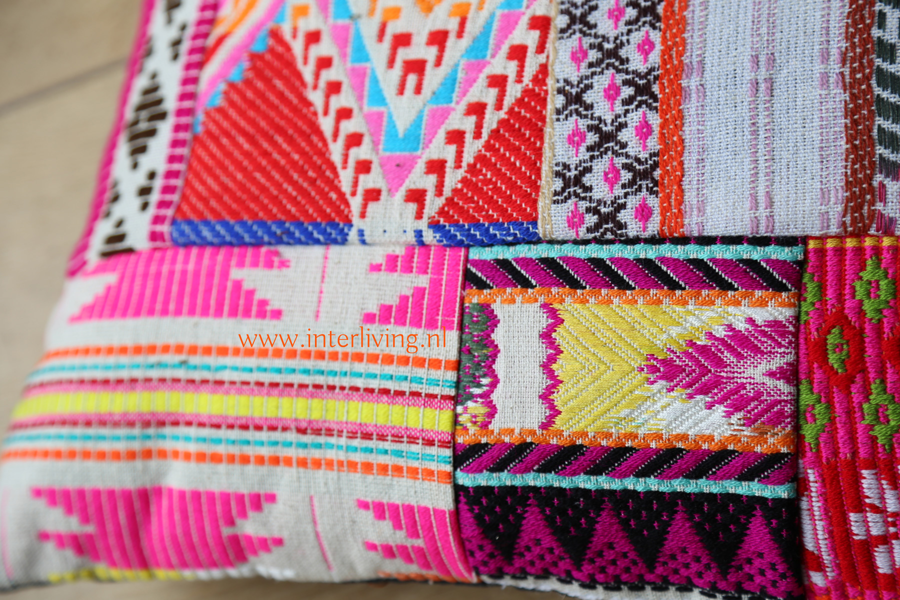 Kussen met Navajo patchwork en Peruaans tribal borduurwerk - geweven kleedjes stof