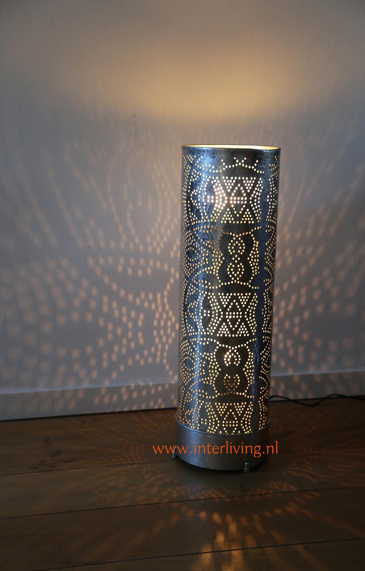 oosters-vloerlamp-van metaal-cilinder-buis-gaatjeslamp