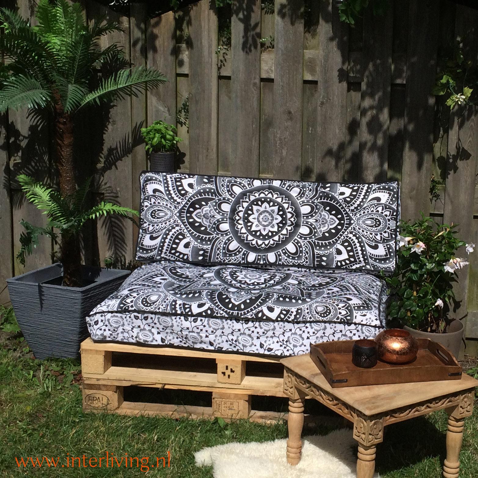 Oosterse basic boho palletkussen met losse kussenovertrek - mooie sjieke zwart wit grijs tinten bij je DIY palletbank van pallet hout in de tuin om te maken