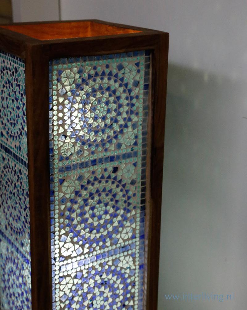 blauwe vloerlamp van glasmozaiek