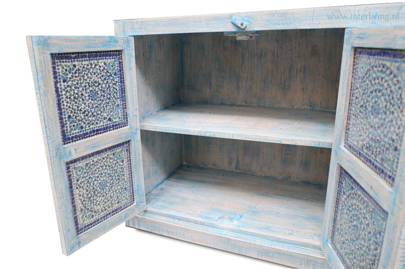 blauwe kast met panelen van glasmozaiek