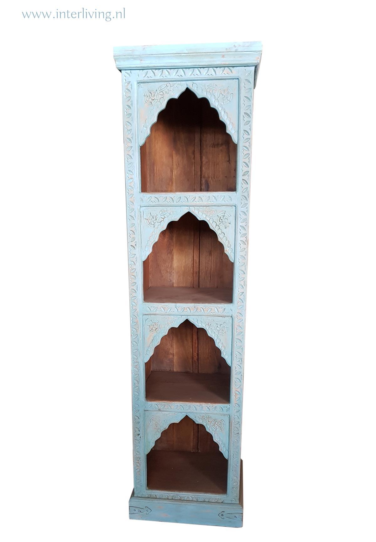 smalle oosterse vakkenkast of boekenkast met sierlijke boogjes