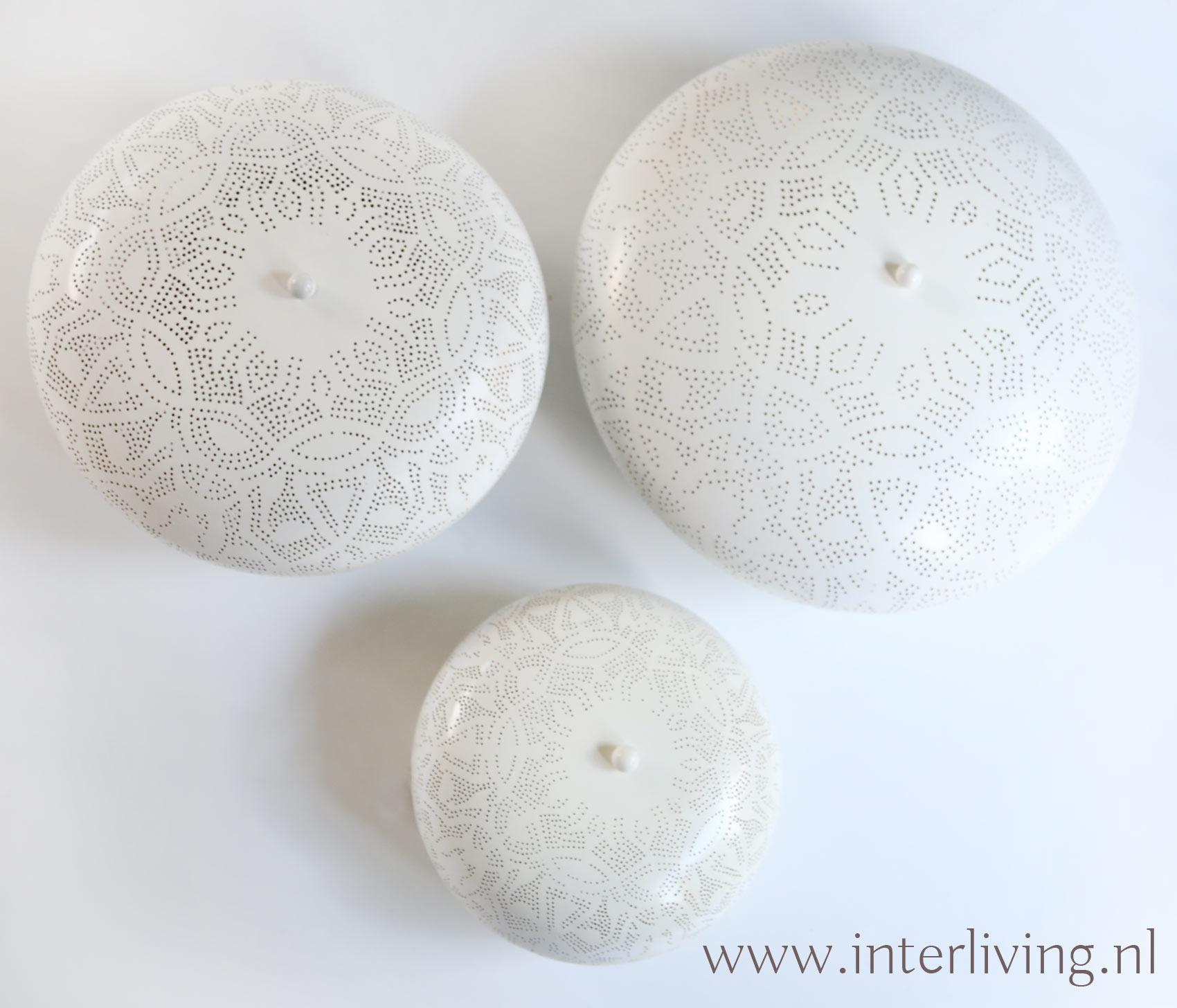 witte plafondlampen van metaal met gaatjespatronen in oosterse stijl