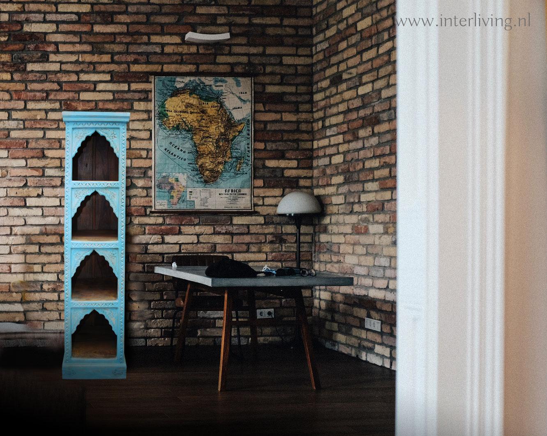 Indiase boekenkast blauw stenen muur