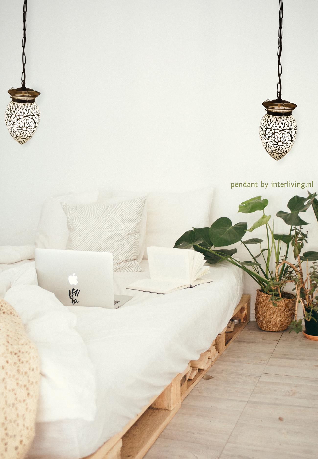 Massief Glazen Bollen.Witte Kleine Hanglamp Van Glas Met Mozaiek In Geometrisch Ster Patroon