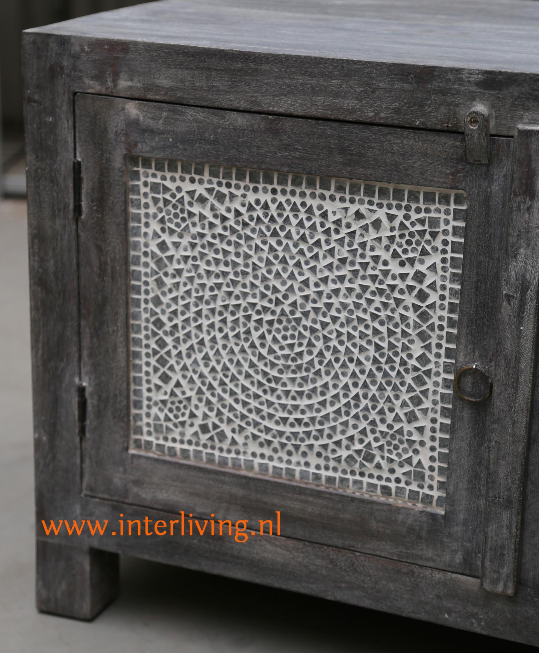 donker grijs oud vergrijsd houten tvmeubel - opbergkast in huis