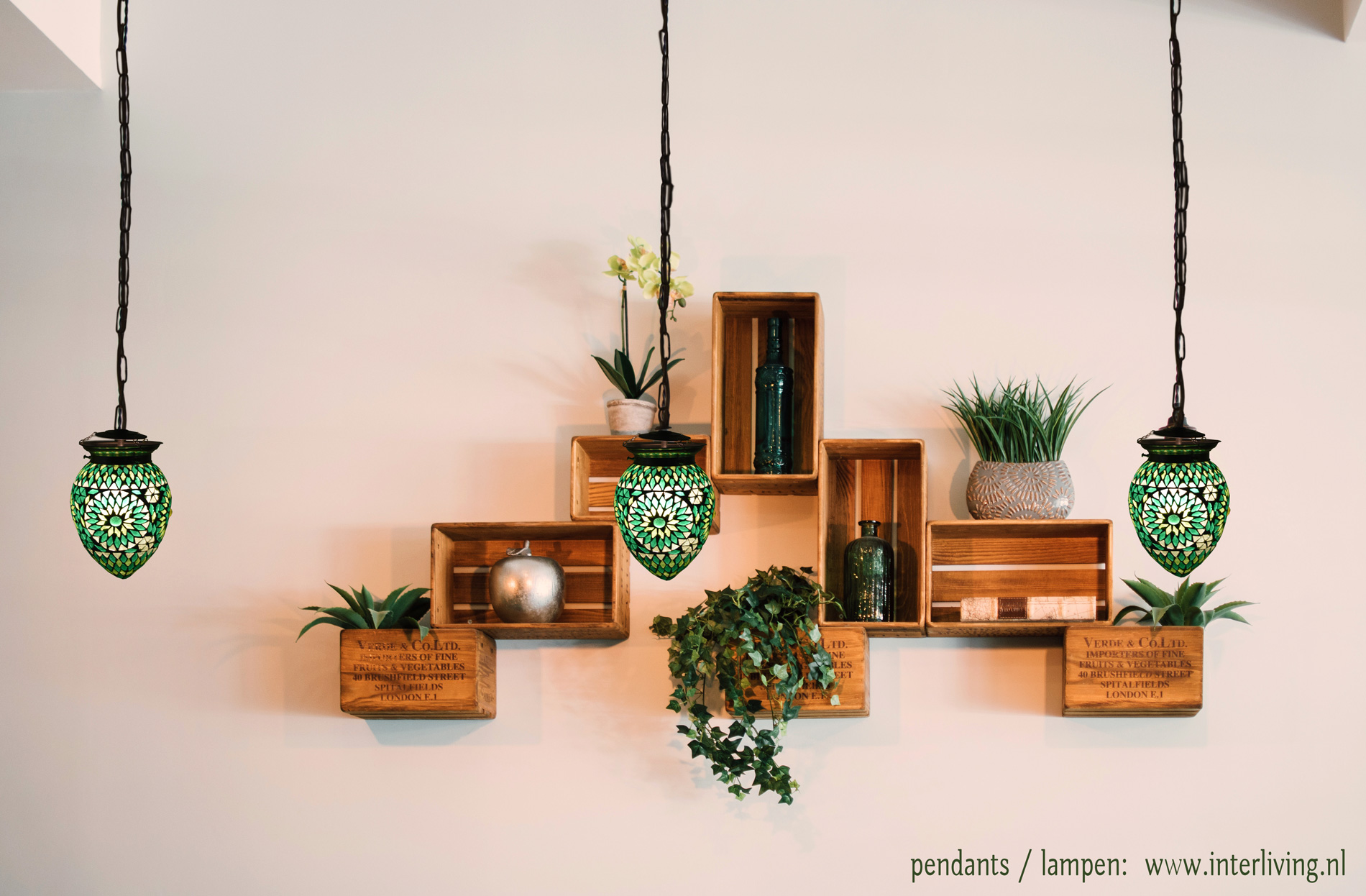 botanische woonstijl - urban jungle met tropische prints styling idee een groene hanglamp