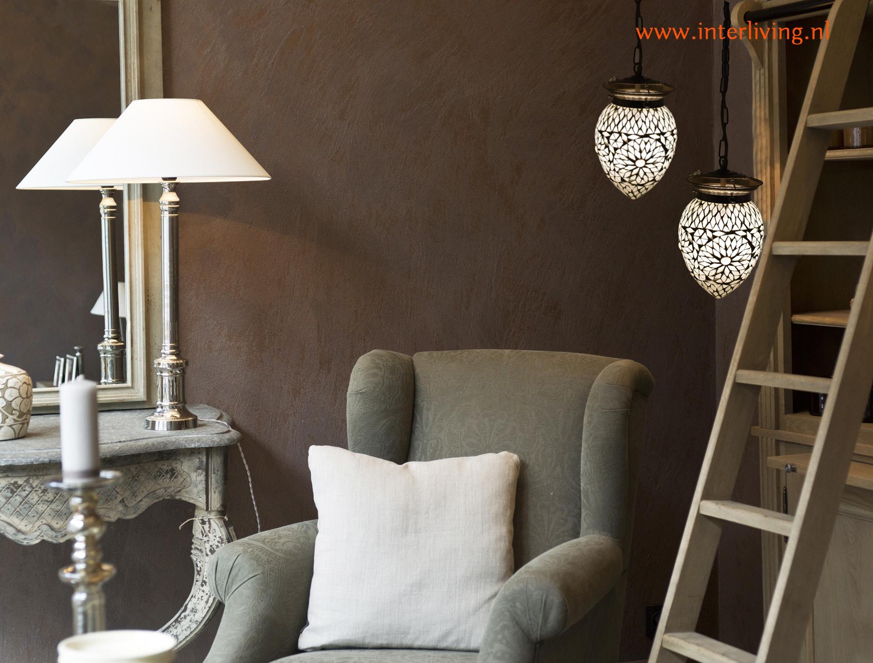 landelijk stoer en sober wonen - sfeervolle hanglamp van glas met cement met vintage metalen ophangketting geschakeld