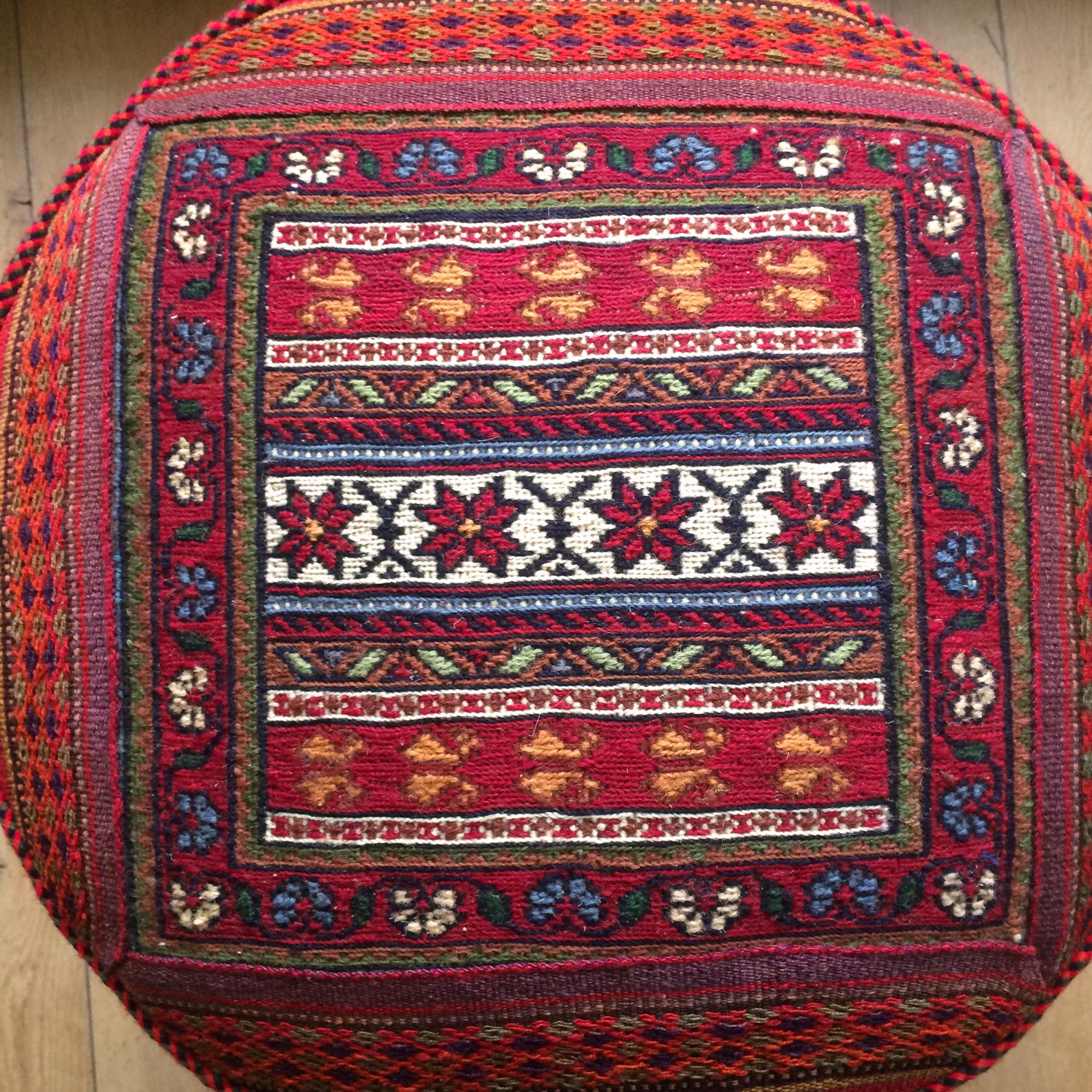 handgeweven poef van patchwork kelim tapijt - handgemaakt uit Iran - boho en Ibiza stijl met een klassieke woontwist