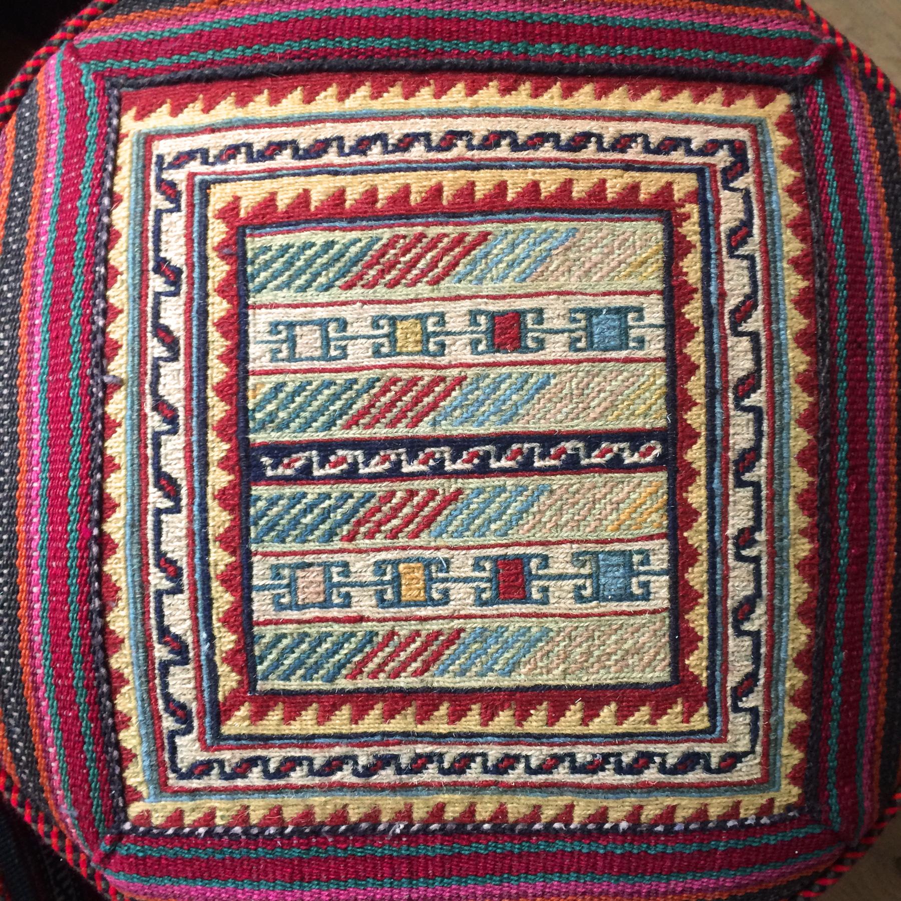 kelim tapijt poef - handgeweven ronde poef van traditioneel patchwork kilim tapijt - handgemaakt uit Iran - bohemian ethnic chic - voor een wereldse woonstijl