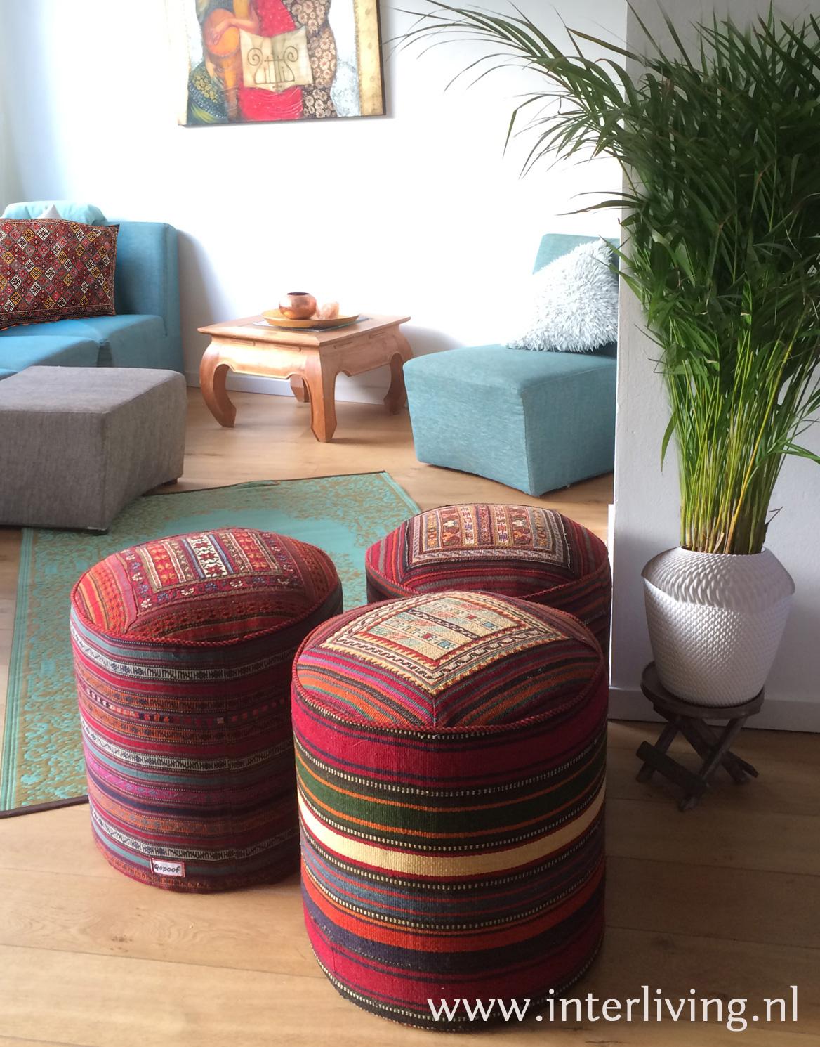 poef - ottoman hocker of oosterse voetenbank van geweven kelim tapijt - handgemaakt uit Iran - de symboliek van kilim kelim tapijt