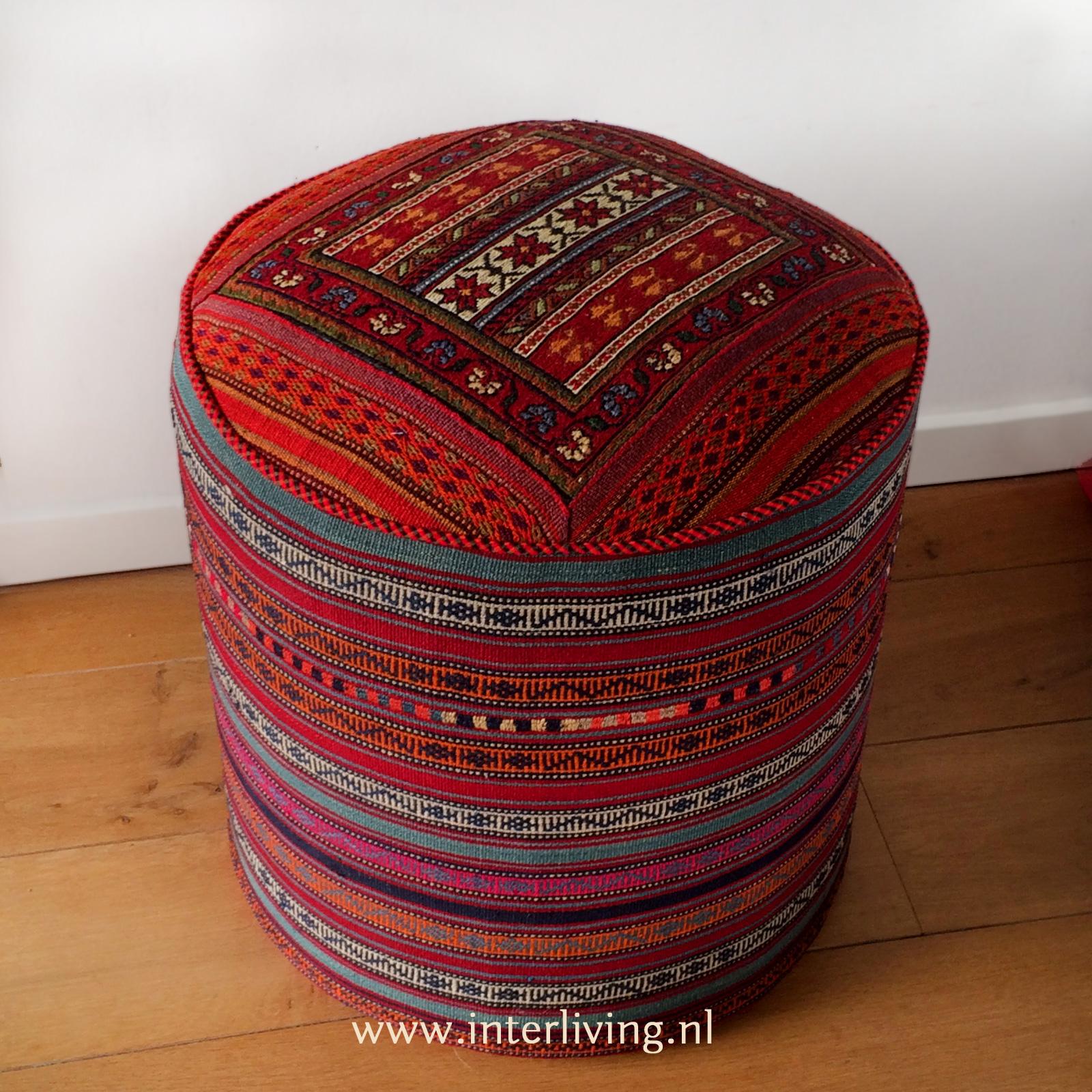 grote ronde poef van geweven kelim tapijt - handgemaakt uit Iran - binnenkijken oosterse woonstijl styling idee