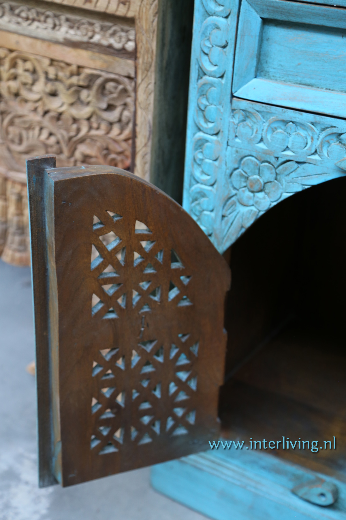 kleurrijk blauw nachtkastje in oosterse stijl voor een bohemian interieur