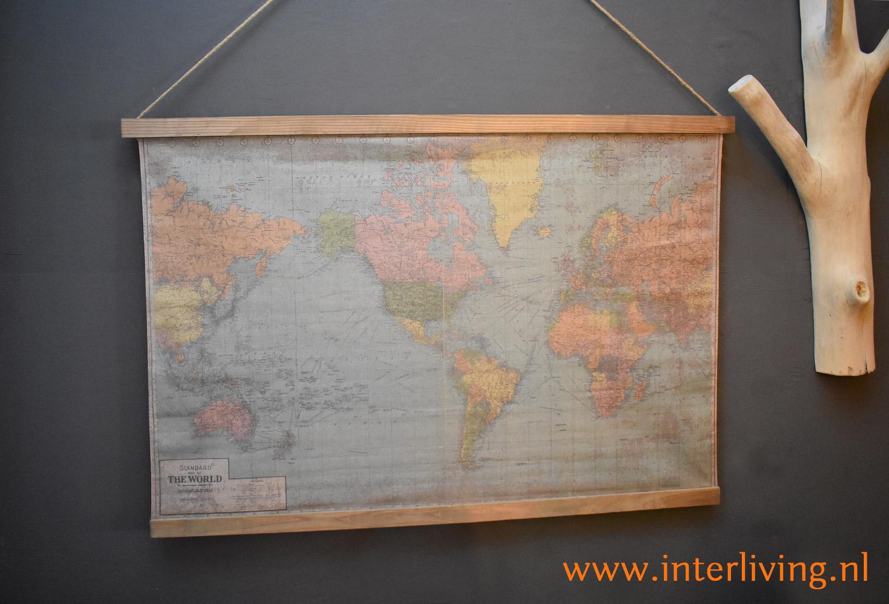retro muurdecoratie - wereldkaart op canvas geprint met houten latjes en ophangkoord om op te hangen aan de muur