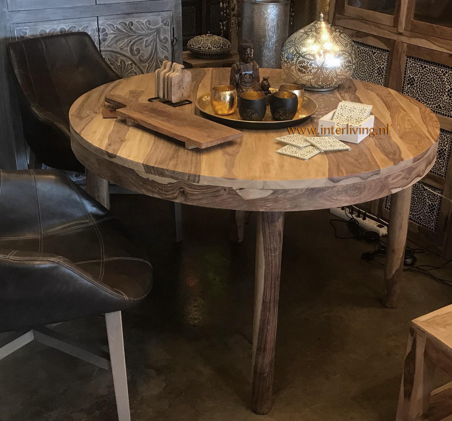 robuuste landelijke eettafel rond - styling interieur - landelijke woonstijl met oosters accent - styling tips ronde eettafel voor je interieur