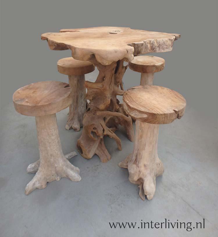 hoge boomwortel tafel met krukken van teakhout – Indonesie
